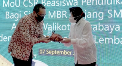 Indosat Ooredoo Beri Beasiswa kepada Pelajar di Surabaya
