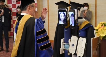 Seru! Wisuda Social Distancing via Video Conference dan Robot